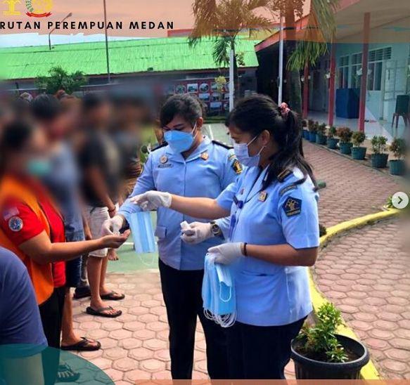 Kontrol Ketat Covid-19, Petugas Klinik bagi-bagi Masker dan Vitamin Gratis Ke Warga Binaan